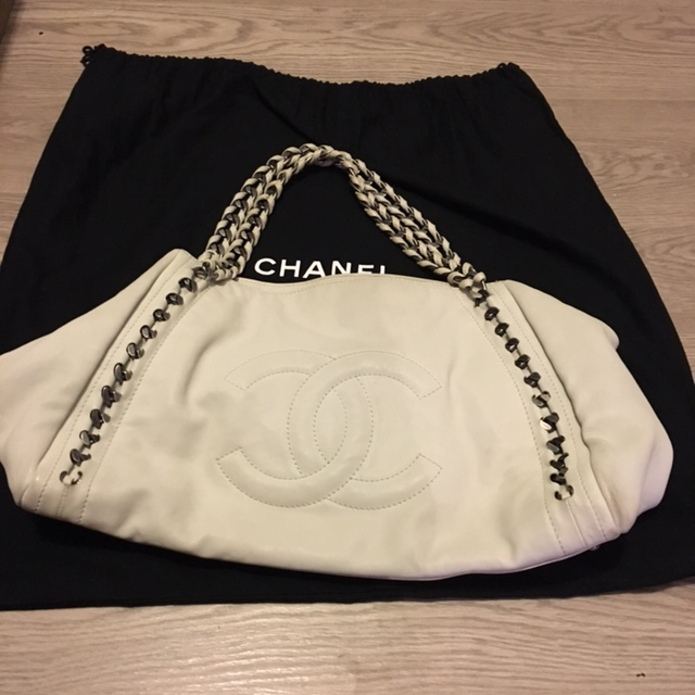 0b41bbd966 $2600 Chanel Classic White Lambskin Large Modern Chain Tote Bag ...